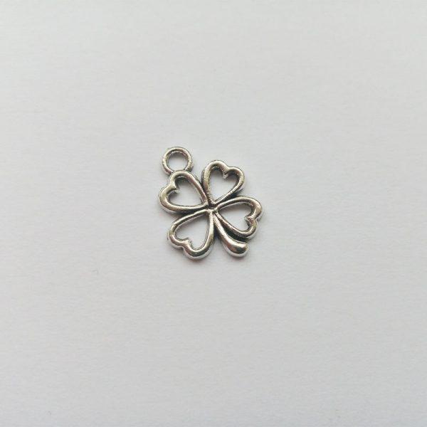 Fém függő ezüst színű szerencsehozó négylevelű lóhere charm fityegő körvonalas