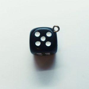 Extra függő dobókocka fekete charm fityegő