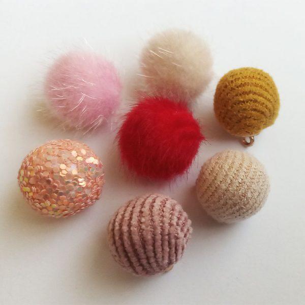 Extra függő színes pompom charm fityegő