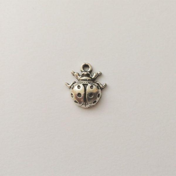 Fém függő ezüst színű katica charm pöttyös fityegő