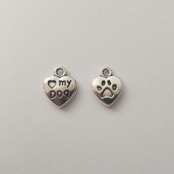 Fém függő ezüst színű I love my dog feliratos, 2 oldalas szív charm, másik oldalon tappanccsal fityegő