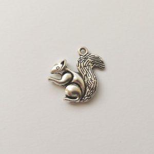 Fém függő ezüst színű mókus charm