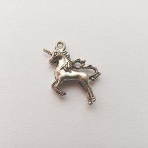 Fém függő charm fityegő ezüst színű unikornis egyszarvú