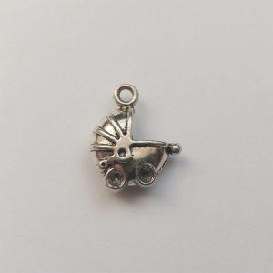 Fém függő charm fityegő ezüst színű babakocsi baba babavárás