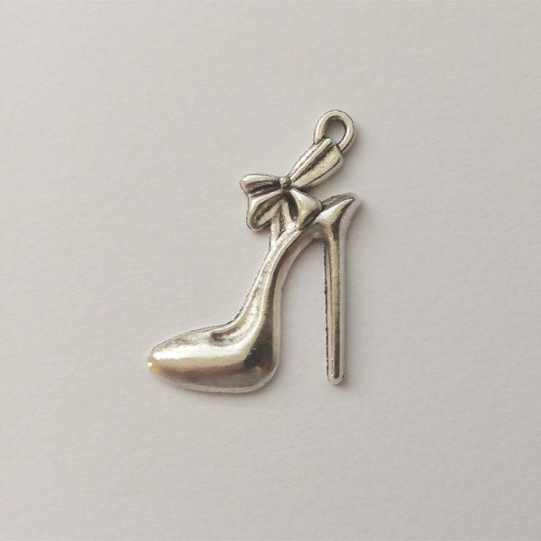 Fém függő ezüst színű magassarkú női cipő charm fityegő masni