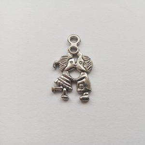 Fém függő charm fityegő ezüst színű szerelmes gyerekpár puszi szerelem