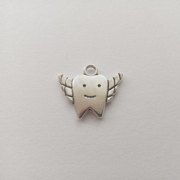 Fém függő ezüst színű mosolygó fog szárnyakkal fogtündér fogorvos fogmosás fogápolás