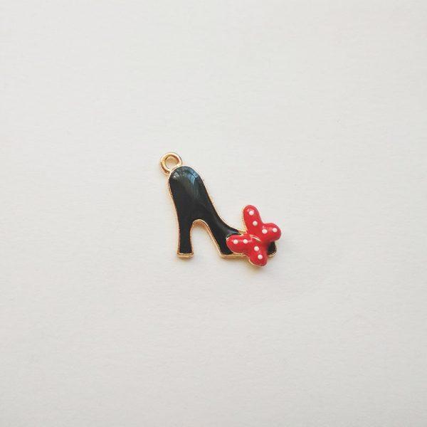 Extra függő magassarkú cipő fekete piros masnis charm